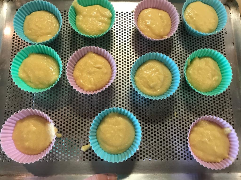 Les moules à cupcakes sont remplis au 3/4.