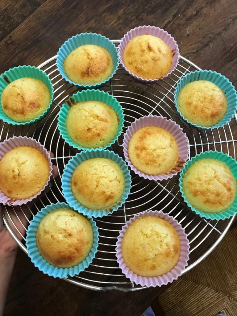 Les cupcakes cuits refroidissent sur une grille à pâtisserie.