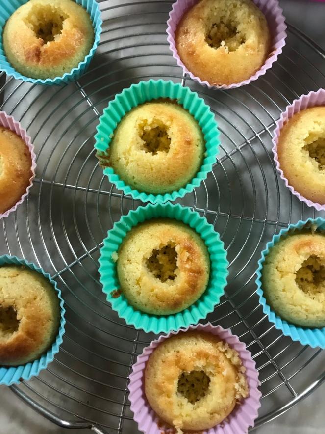 Les cupcakes sont creusés pour pouvoir les garnir de confit de framboises.