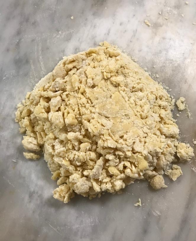 La pâte sucrée juste avant d'être fraisée.