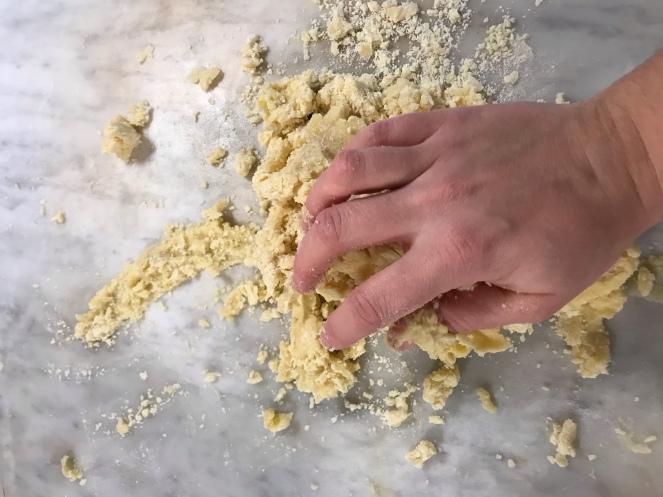 Une fois tous les ingrédients amalgamés, la pâte sucrée est fraisée avec la paume de la main.