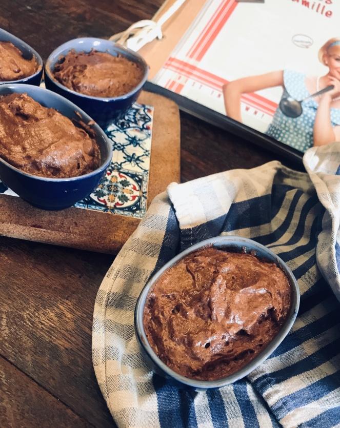 Les pots individuels sont généreusement garnis de mousse au chocolat réalisée à base de blanc d œuf.